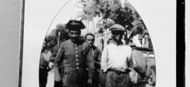 """Ramiro Pinilla. 1940. """"Los vecinos de La Baña (León) se acercaron a los automóviles y cargados de brazadas de yerba, las pusieron a los morros de los Jeeps para que así comieran. Antonio B. El Ruso, ciudadano de tercera."""